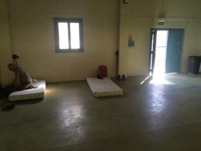 Nachtlager in einer Lagerhalle in Zubiri